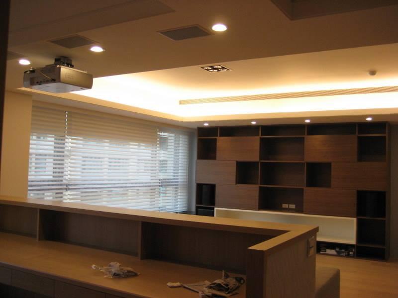 M&K SOUND LCR-950 PLUS 作為前方三聲道置於客廳搭配投影機