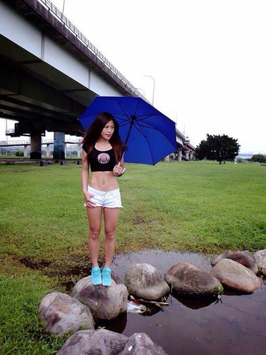 美女拿著M&K尊爵傘